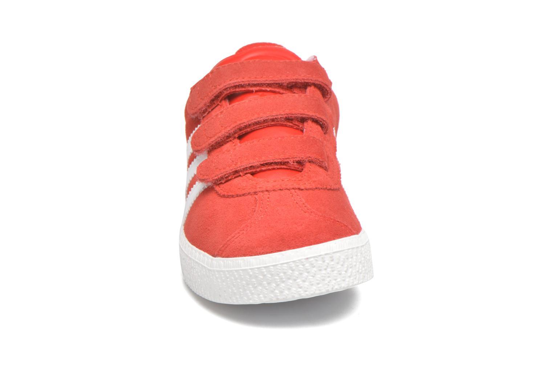 Baskets Adidas Originals GAZELLE 2 CF C Rouge vue portées chaussures