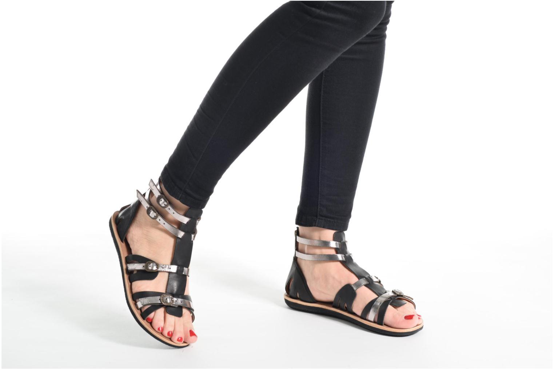Sandalen Kickers Spartiaten schwarz ansicht von unten / tasche getragen