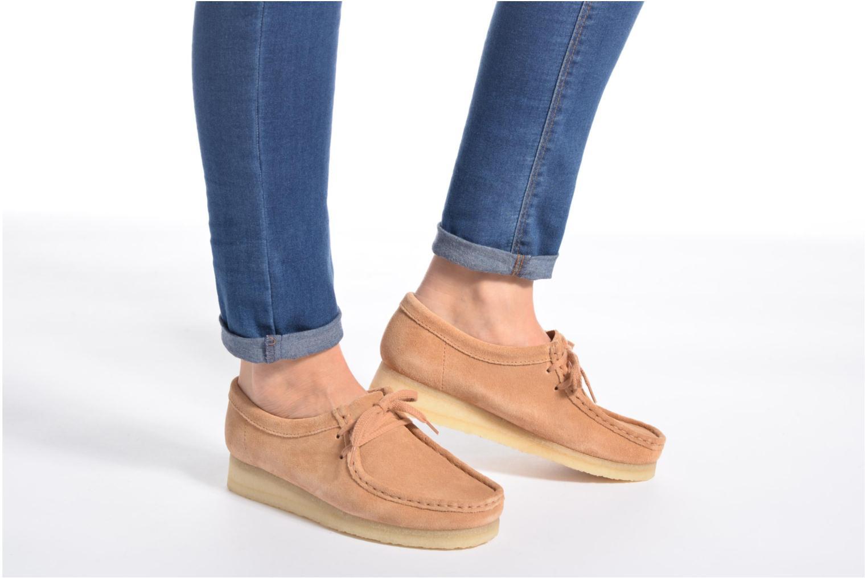 Chaussures à lacets Clarks Originals Wallabee W Bordeaux vue bas / vue portée sac