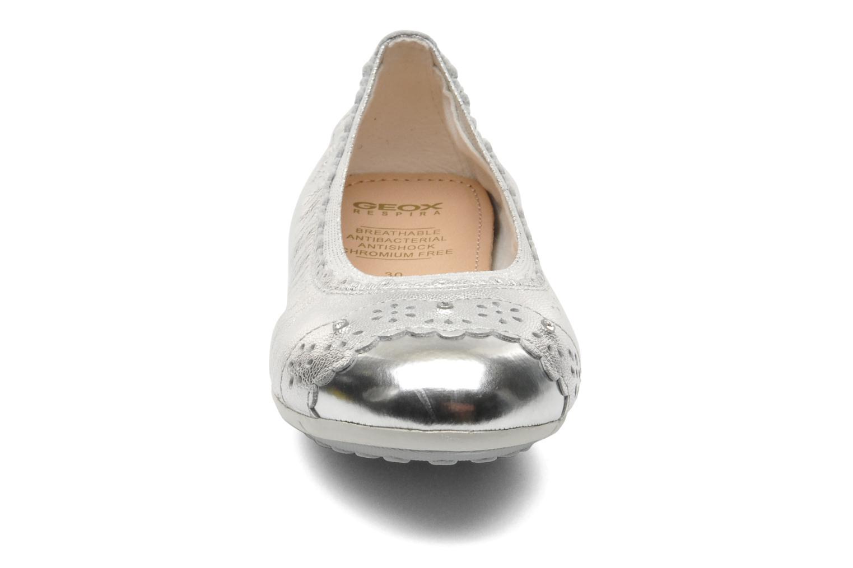 Ballerines Geox J PIUMA BALL A - CAPRA PERL. Argent vue portées chaussures