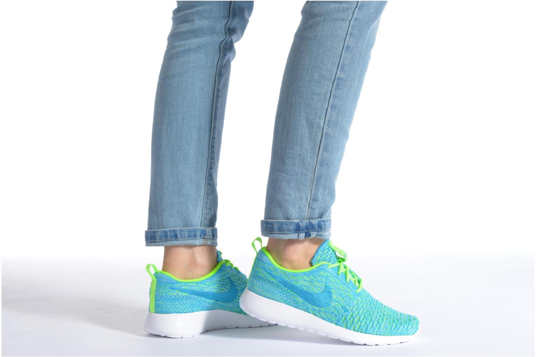 Sneaker Nike Wmns Roshe One Flyknit mehrfarbig ansicht von unten / tasche getragen