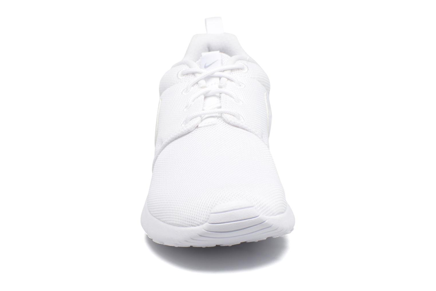 Baskets Nike NIKE ROSHE ONE (GS) Blanc vue portées chaussures