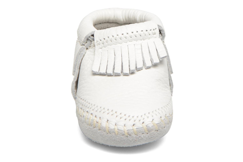 Chaussons Minnetonka Riley Bootie Blanc vue portées chaussures