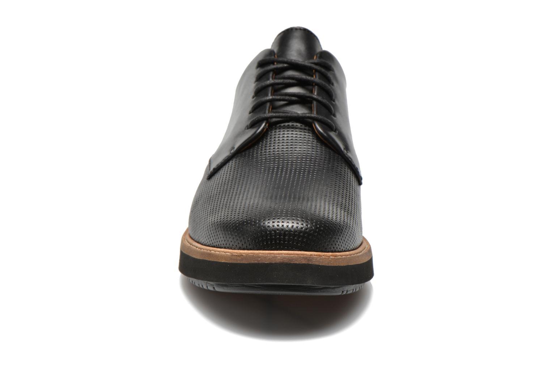 Scarpe con lacci Clarks Glick Darby Nero modello indossato