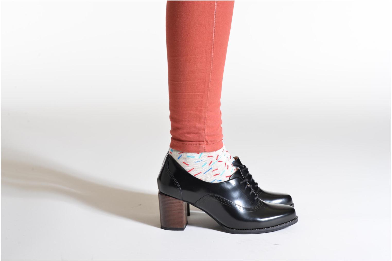 Chaussures à lacets Clarks Tarah Victoria Noir vue bas / vue portée sac