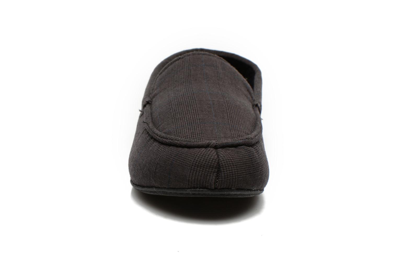 Chaussons Isotoner Mocassin Suédine et Tissu Fantaisie Gris vue portées chaussures