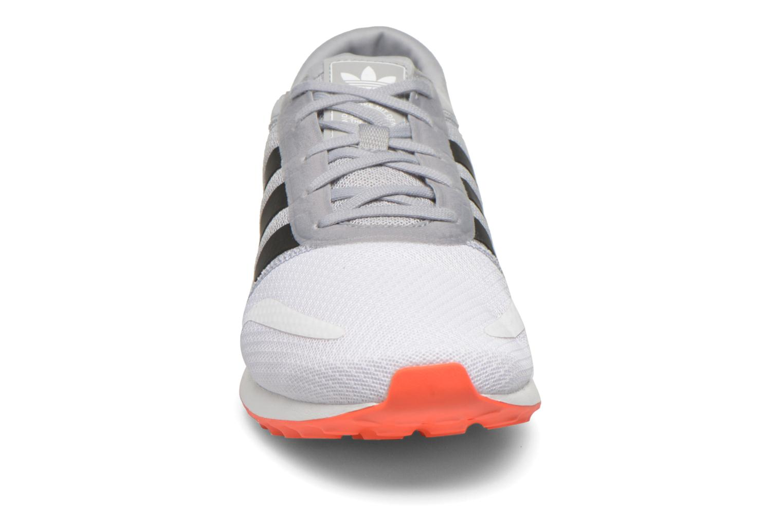 Baskets Adidas Originals Los Angeles Gris vue portées chaussures