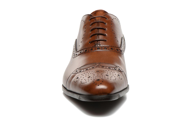 Scarpe con lacci Santoni William 14431 Marrone modello indossato