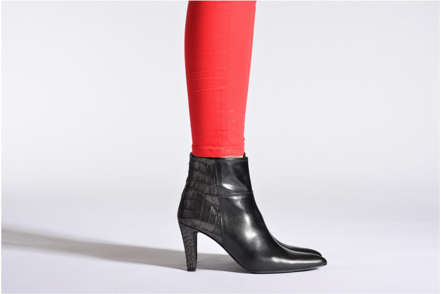 Ankle boots Perlato Poobe Black view from underneath / model view