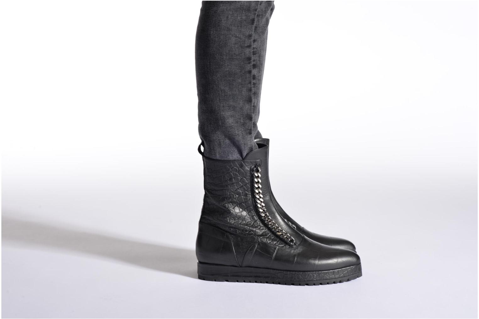 Ankle boots Vicini Bottines double chaîne Black view from underneath / model view