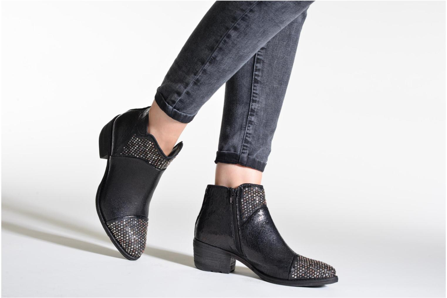 Ankle boots Khrio Arcer Black view from underneath / model view
