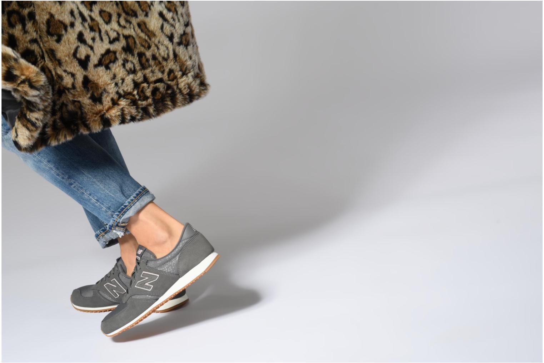 Sneaker New Balance WL420 lila ansicht von unten / tasche getragen