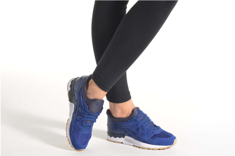 Sneaker Asics Gel-Lyte V W blau ansicht von unten / tasche getragen