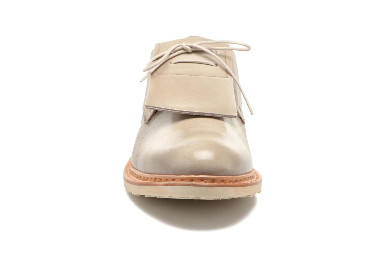 Zapatos con cordones Neosens Hondarribi S895 Beige vista del modelo
