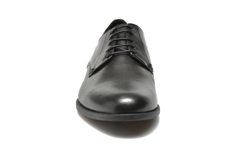 Scarpe con lacci Vagabond Shoemakers TAY 4317-101 Nero modello indossato