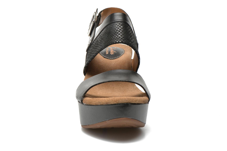 Sandales et nu-pieds Clarks Caslynn Kat Noir vue portées chaussures