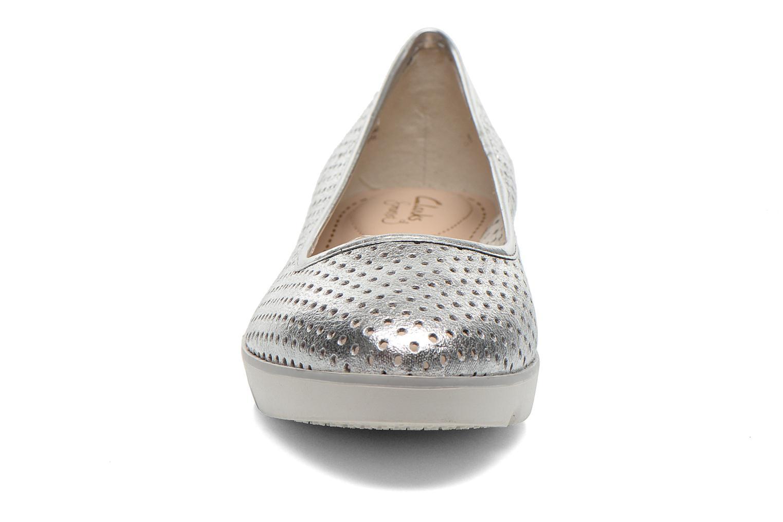 Ballerines Clarks Evie Buzz Argent vue portées chaussures