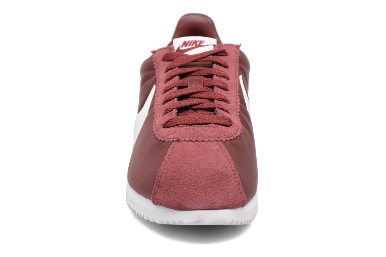 Sneakers Nike Classic Cortez Nylon Bordò modello indossato
