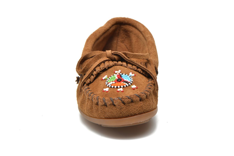 Loafers Minnetonka Me to We moc Brun bild av skorna på