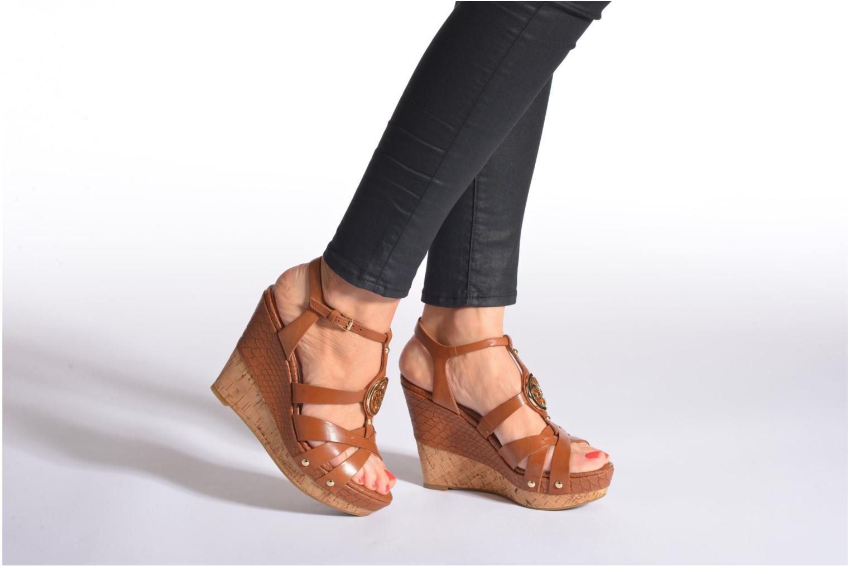 Sandalen Guess Okie braun ansicht von unten / tasche getragen