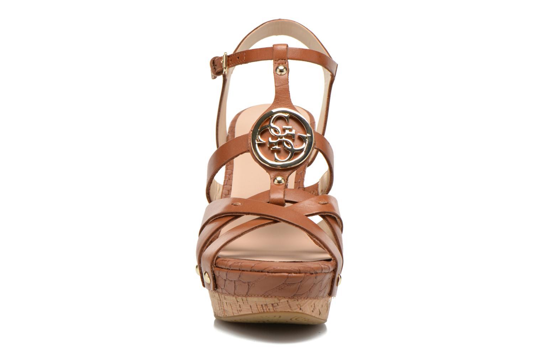 Sandales et nu-pieds Guess Okie Marron vue portées chaussures