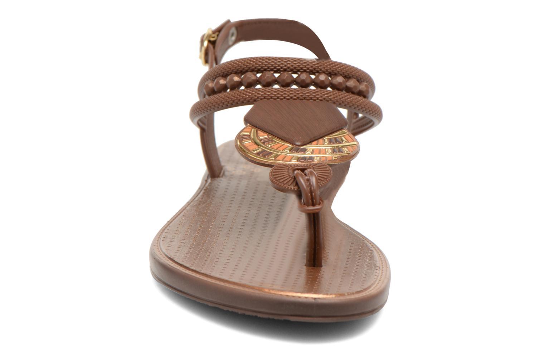 Sandales et nu-pieds Grendha Tribal Sandal Fem Marron vue portées chaussures