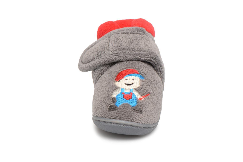 Chaussons Isotoner Botillon Velcro Micro Éponge Gris vue portées chaussures