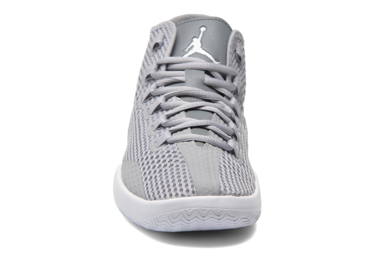 Scarpe con lacci Jordan Jordan Reveal Grigio modello indossato