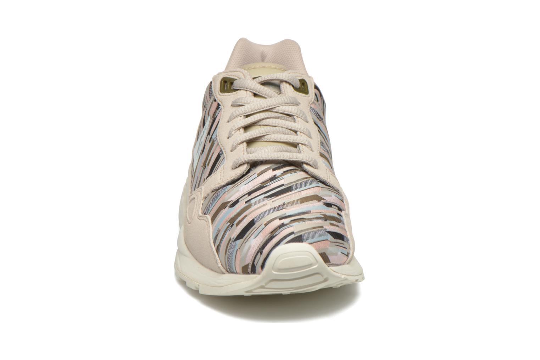 Sneakers Le Coq Sportif Lcs R900 W Dynamic Jacquard Beige modello indossato