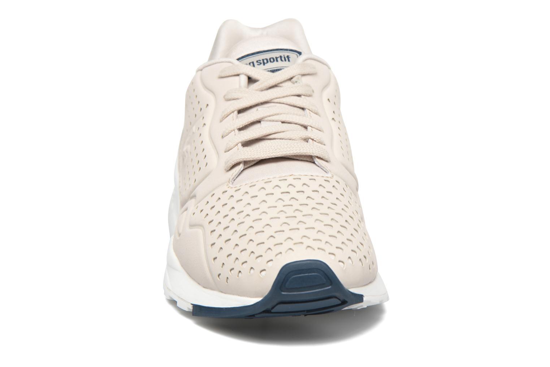 Sneakers Le Coq Sportif Lcs R900 Gradient Cut Beige modello indossato