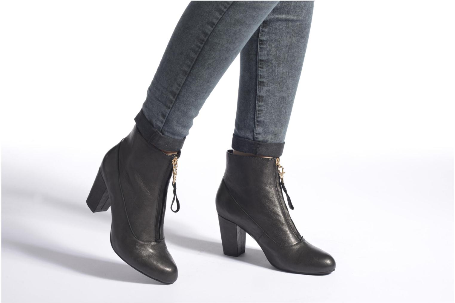Ankle boots Shoe the bear Astrid L Black view from underneath / model view