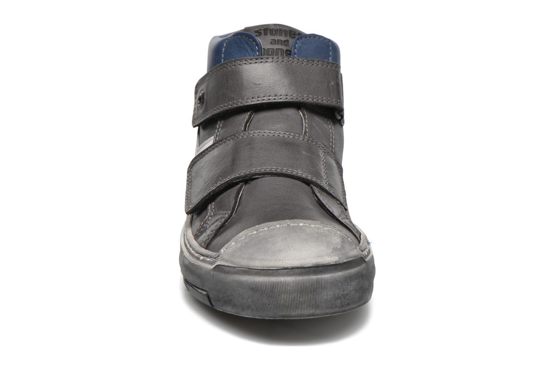 Sneakers Stones and Bones Istro Grigio modello indossato