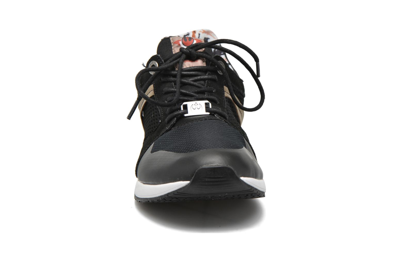 Sneakers Kickers Lightrfinn Nero modello indossato
