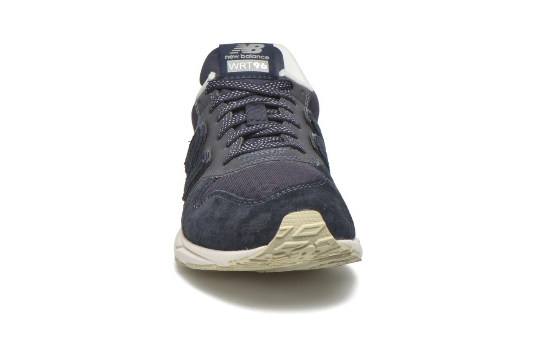 Baskets New Balance WRT96 Bleu vue portées chaussures