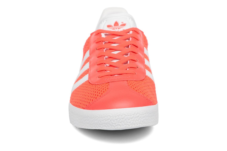 Sneakers Adidas Originals Gazelle W Arancione modello indossato
