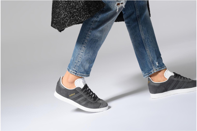 Sneaker Adidas Originals Gazelle W grau ansicht von unten / tasche getragen
