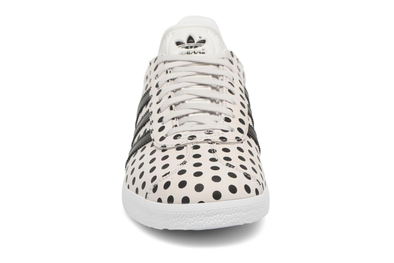 Sneakers Adidas Originals Gazelle W Grigio modello indossato