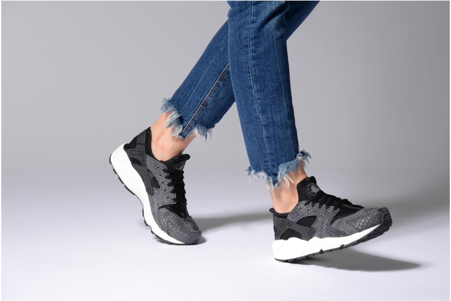 Trainers Nike Wmns Air Huarache Run Prm Grey view from underneath / model view