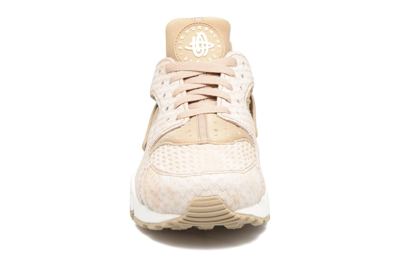 Baskets Nike Wmns Air Huarache Run Prm Beige vue portées chaussures