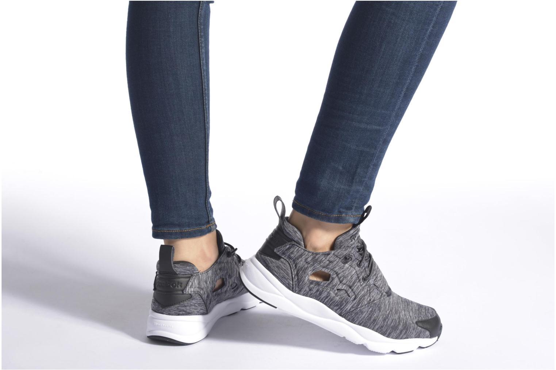 Sneaker Reebok Furylite Jersey schwarz ansicht von unten / tasche getragen