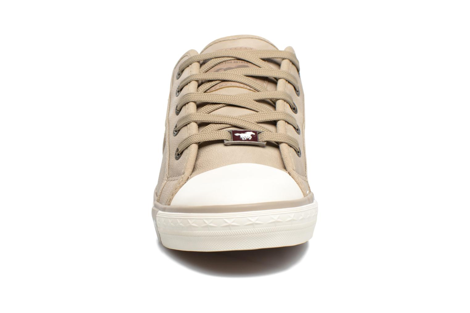 Baskets Mustang shoes Pluy Beige vue portées chaussures