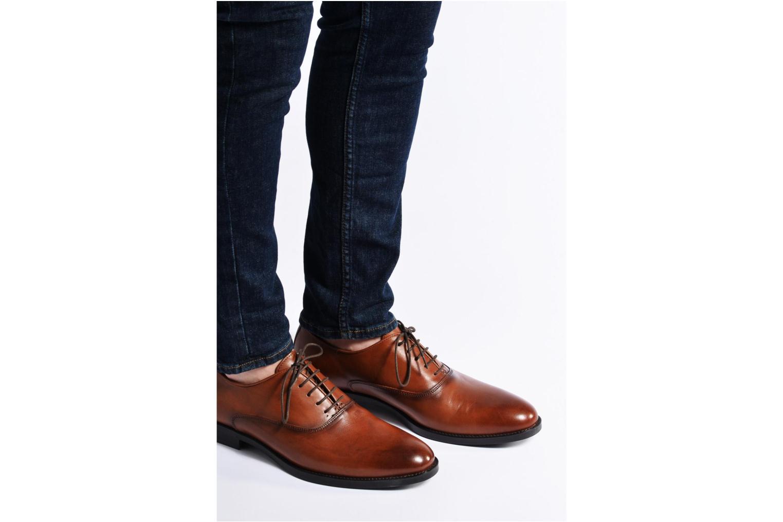 Schnürschuhe Marvin&Co Tonbridge braun ansicht von unten / tasche getragen