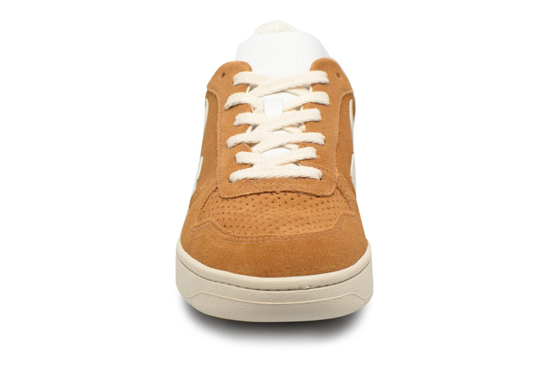 Baskets Veja V-10 Marron vue portées chaussures