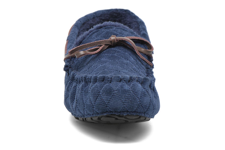 Pantuflas Ruby Brown Finlay Azul vista del modelo
