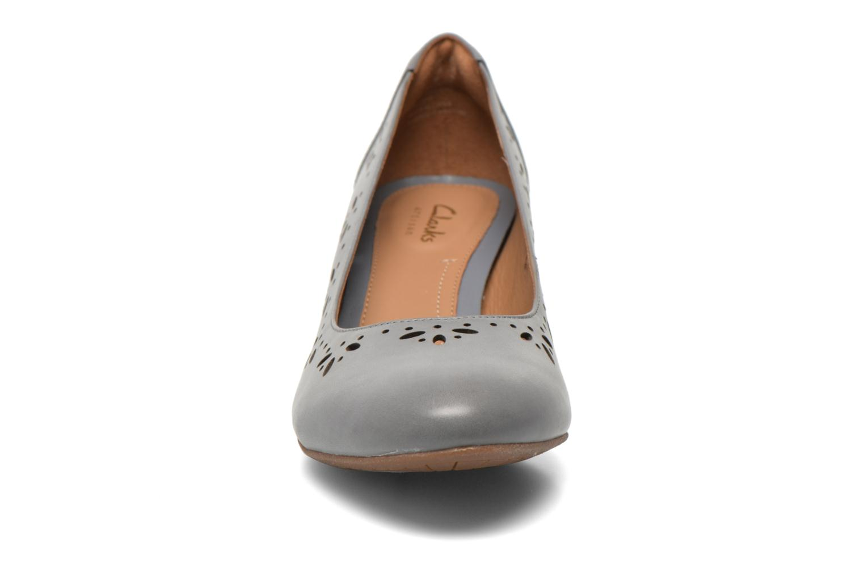 Zapatos de tacón Clarks Denny Dazzle Gris vista del modelo