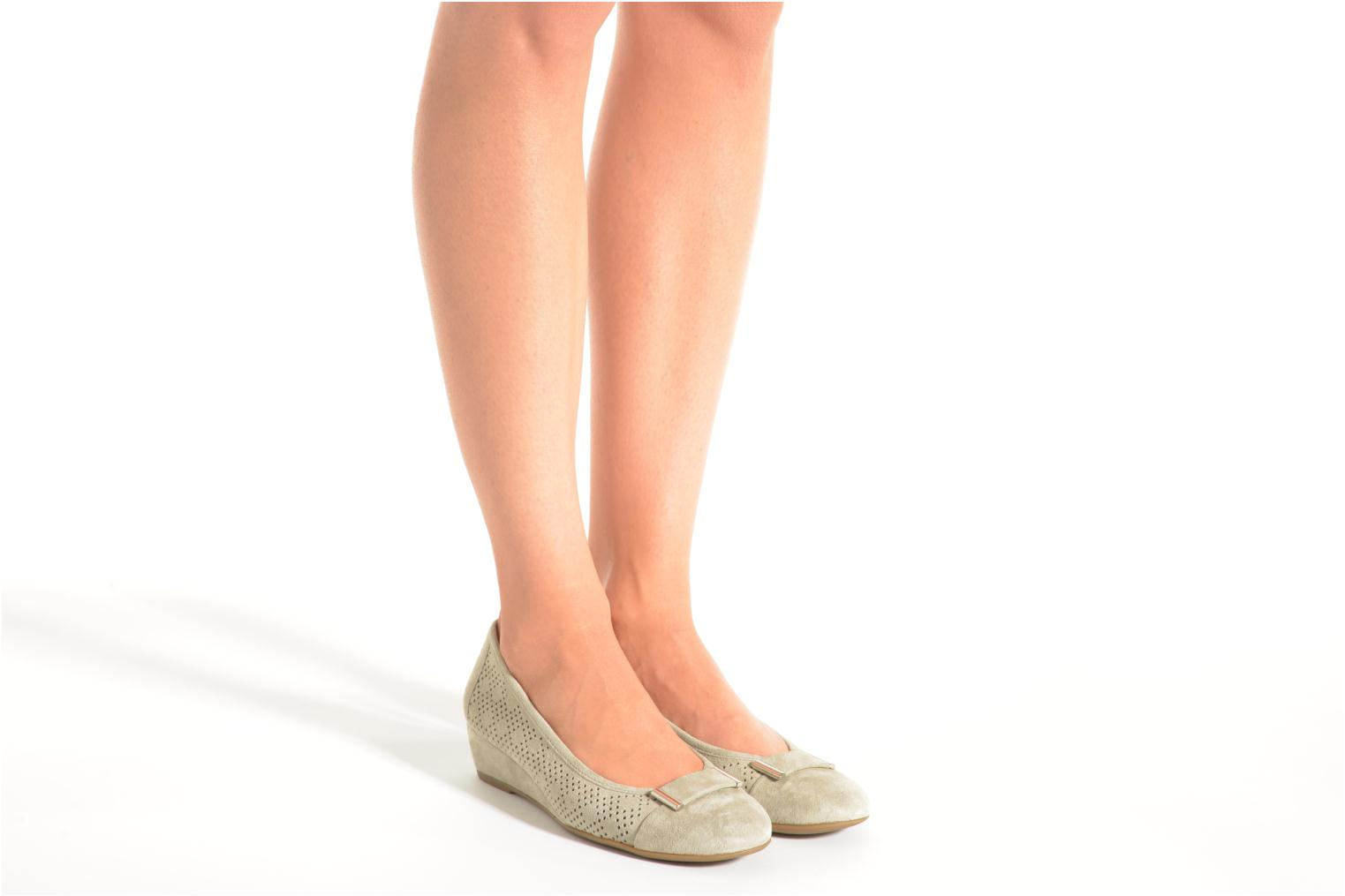 Ballet pumps Stonefly Maggie II 2 Pig Nubuck Beige view from underneath / model view