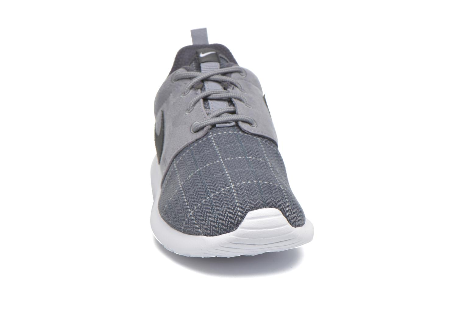 Baskets Nike Nike Roshe One Se (Gs) Gris vue portées chaussures