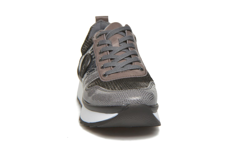 Sneakers Pataugas Ocean/C Grigio modello indossato