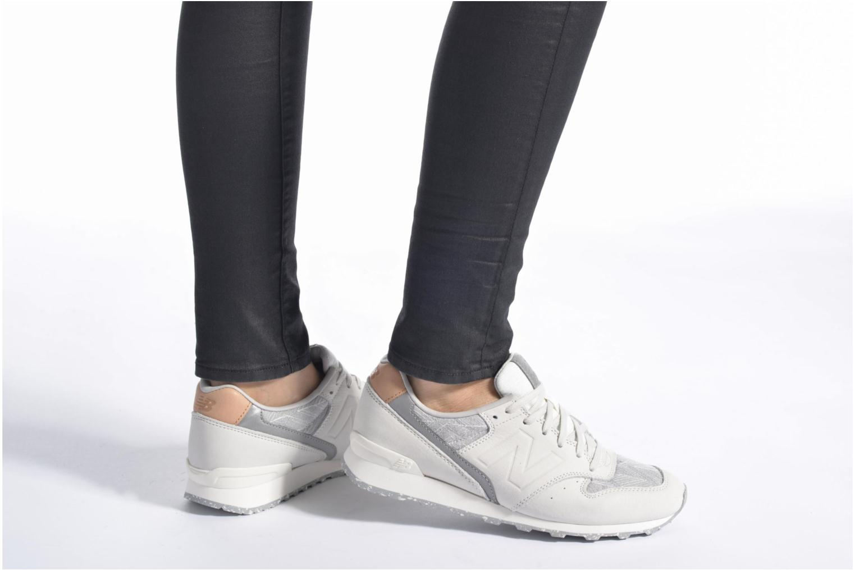 Sneaker New Balance WR996 D beige ansicht von unten / tasche getragen