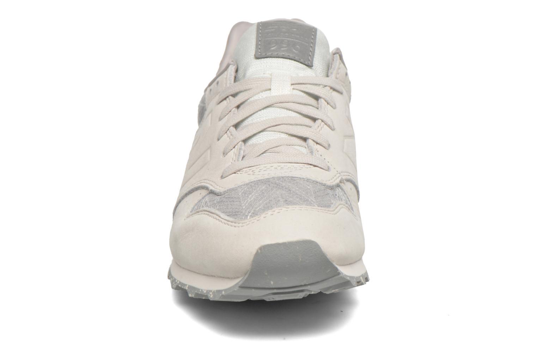 Baskets New Balance WR996 D Beige vue portées chaussures